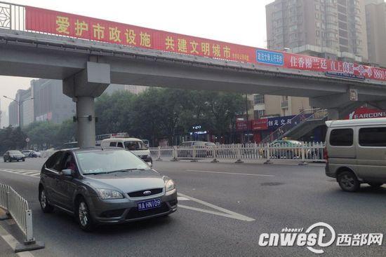 西安市市政部门将从10月11日起对长安南路上3座人行天桥进行改造施工。
