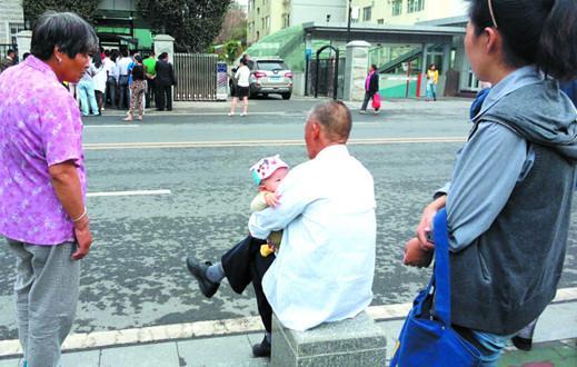 开庭那天,魏强(化名)的父母妻儿都在法院外等待着。