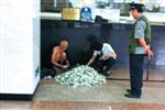 北京乞讨老人每月为家里汇款1万