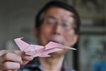 """成都70岁老人用废纸手折万只""""飞机"""""""