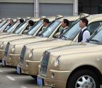 土豪金出租车上街受捧 四五十人围观拍照