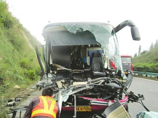 客车撞上平板货车,26名乘客均受伤