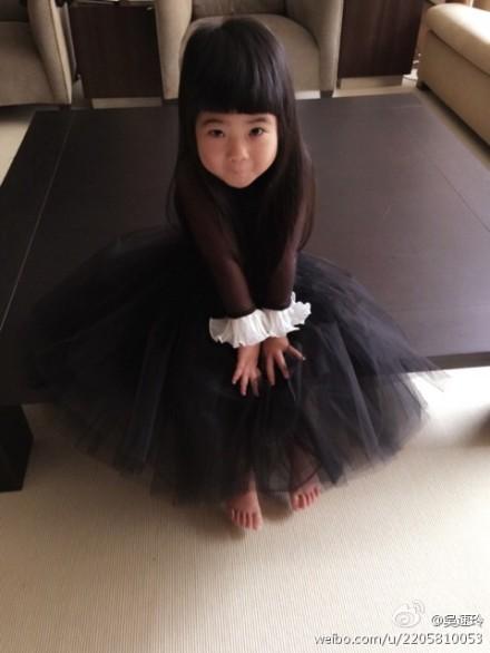 Grace穿小黑裙萌萌哒
