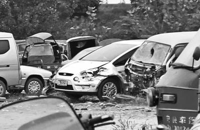 前天下午郑州街头毒贩逃脱时撞坏的车辆