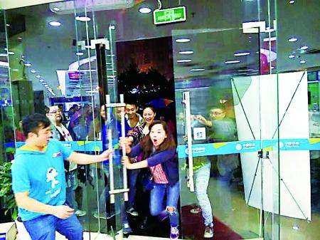 开售iPhone6后,迫不及待涌进重庆移动南坪营业厅的市民。