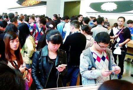 顾客在试用苹果新款手机