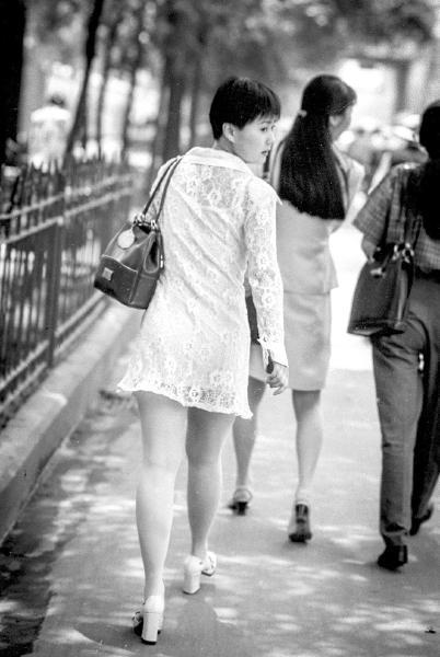 1997年,蜀都大道,墨镜、露脐装和BP机这些时尚元素在成都﹃粉子﹄身上表达得淋漓尽致。