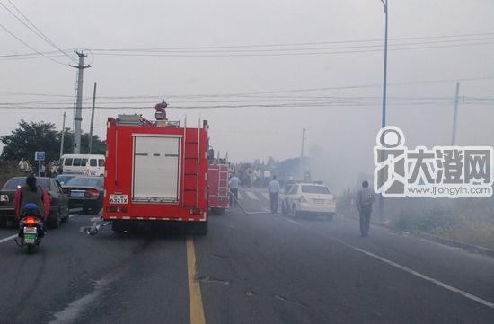 消防队员给起火的轿车灭火