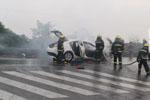 江阴轿车与电瓶车相撞 轿车车头起火尽毁(图)
