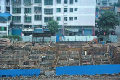 """尽管很多手续都没有,但""""宝光山社区综合服务中心""""仍在紧张施工。"""