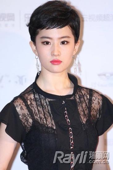 王丽坤短发俏皮似小猫