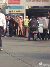 裸身摩的司机涉嫌扰乱公共秩序 网友@杨帆先生 图