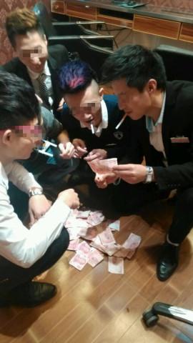 网曝五男子烧百元钞点烟炫富 后经证实是假币