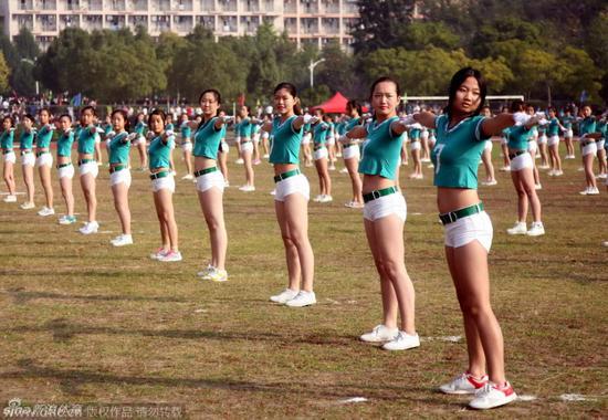 女大学生穿热裤露脐装做广播操