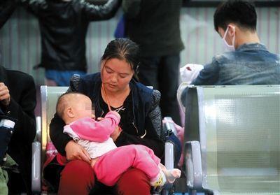 被扎针女婴在母亲怀中等待儿童医院会诊结果