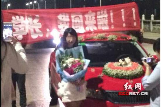 一名毕业的女生开车回到学校