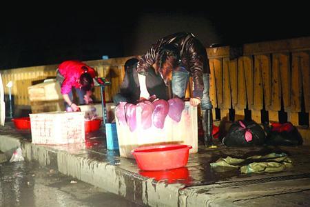 华江路桥黑猪肝商贩卷土重来 当着城管面做生意
