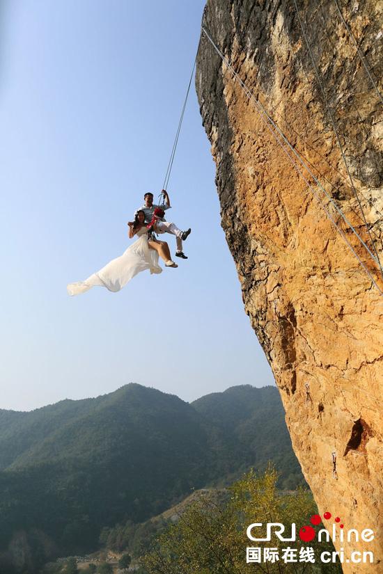 金华攀岩爱好者携老婆在悬崖上拍婚纱照