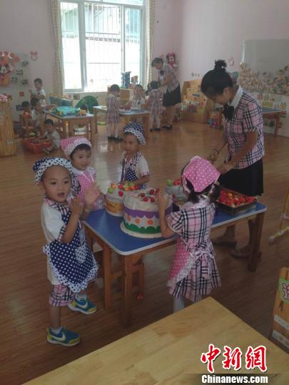 """南宁市衡阳西路第二幼儿园的小朋友在做""""蛋糕""""。 林艳华 摄"""