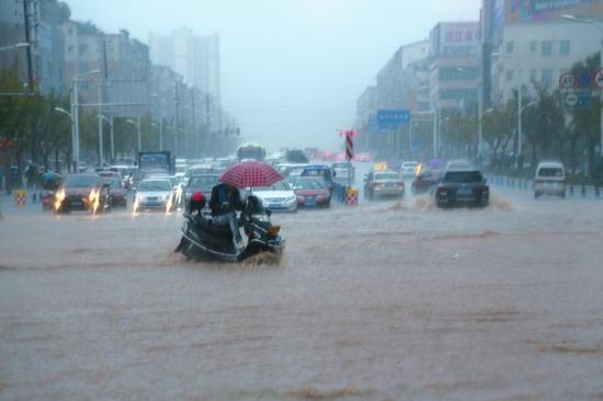 南充市高坪区安汉广场十字路口,积水严重。