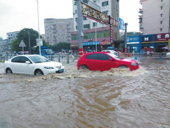 昨日,南充突降暴雨,城区多条道路出现内涝。杨岚 摄