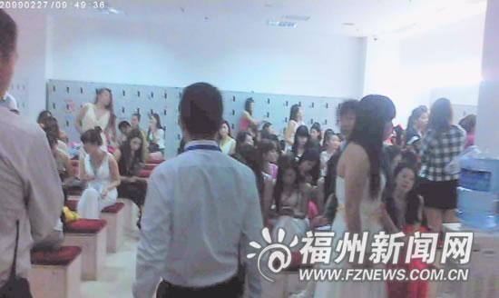 记者被带往岗前培训时见到夜总会女孩们上班的地方