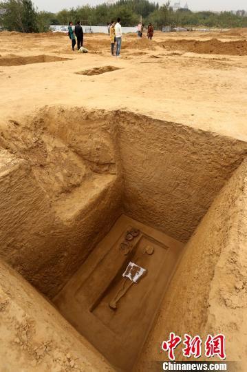 发掘的一座古墓里有少量陪葬品。 杨正华 摄