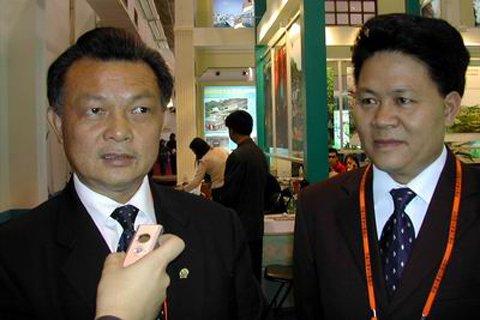 2005年,原贺州市委书记李达球(已判刑)、原贺州市长陈利丹(右)接受媒体采访。