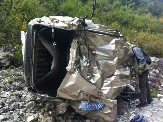 车祸现场,面包车成了铁疙瘩。