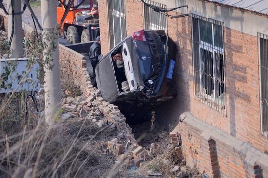 沈阳奇葩车祸轿车卡进墙缝里
