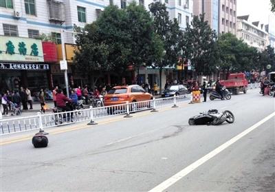 昨日湖北房县连环撞人案现场被撞翻的摩托车。当天7时许,该县神农路段发生驾车连环撞人案,致2死17伤。网络截图