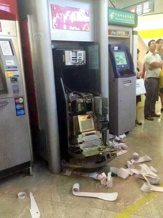 女子因银行卡被吞徒手拆ATM机