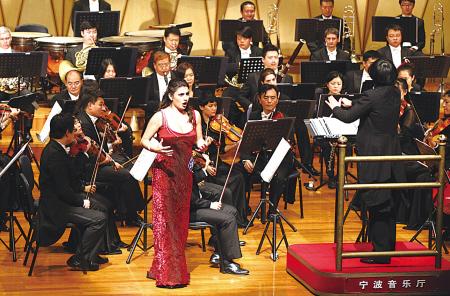 昨晚,第六届中国国际声乐比赛晋级决赛的选手在演唱。(周建平 摄)