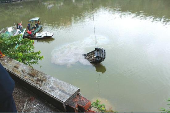 昨日上午11时许,坠河车辆被打捞出水