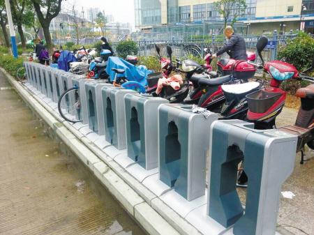 公共自行车停车位上停满了电动自行车.记者 沈之蓥 摄图片