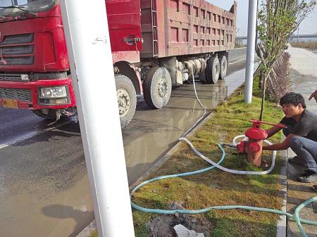 图为工程车正从消防栓上非法取水。(通讯员 摄)