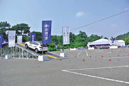 停车场成了试乘试驾场地。