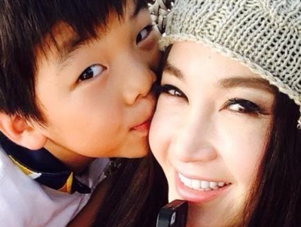 温碧霞和养子甜蜜照