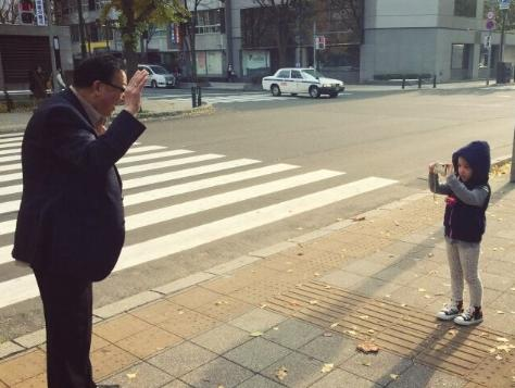 赵薇女儿给外公拍照