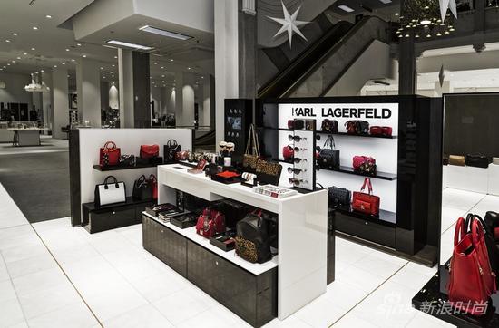 KARL LAGERFELD精品店位于装修一新的丹麦最时尚的百货商场ILLUM一层。新店铺将销售KARL LAGERFELD配饰系列,包括畅销的手包(例如经典的K/Kuilted和K/Rock系列),小皮具,最新款的腕表,香水,珠宝,蜡烛和太阳镜,限量版的Tokidoki X KARL LAGERFELD玩偶,以及设计师自己出版的书籍等。
