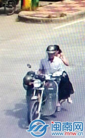 ▲监控拍到刘小姐当时搭乘摩托车,穿着长裙侧坐