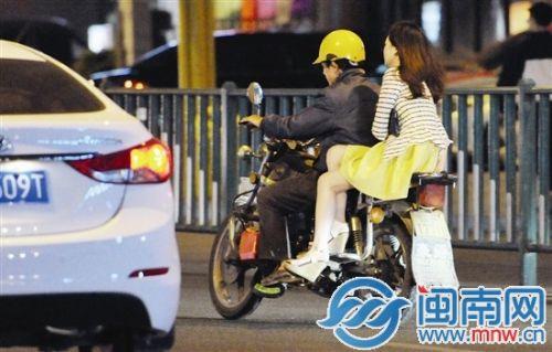 昨晚,海都记者在市区泉秀街看到,一名穿裙子的女性搭摩的,选择侧坐