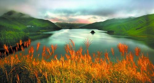 秋天的天湖别有味道。  陆晓波 摄