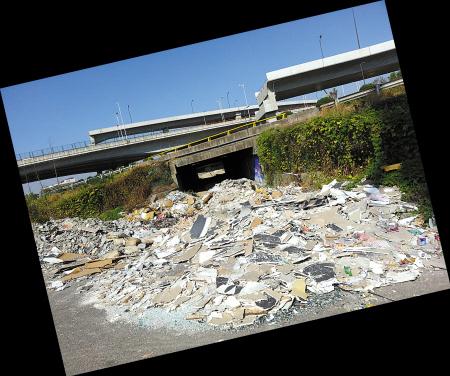 桥下,垃圾堵路。(记者 余建文 摄)