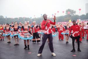 25703人共同《舞动中国》 世界排舞吉尼斯纪录在杭州诞生