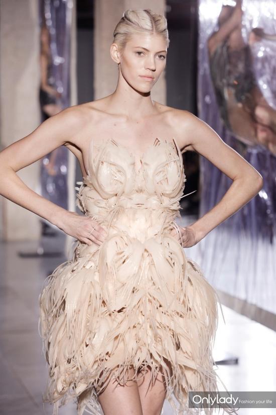 3D打印技术和透明塑料材质设计的礼服