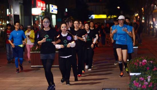 独腿拐杖玛阿依撑着是的去夜跑性格女生的女孩什么样图片