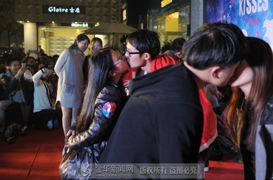 义乌商家举行接吻大赛 夫妇接吻60分钟35秒赢冠军