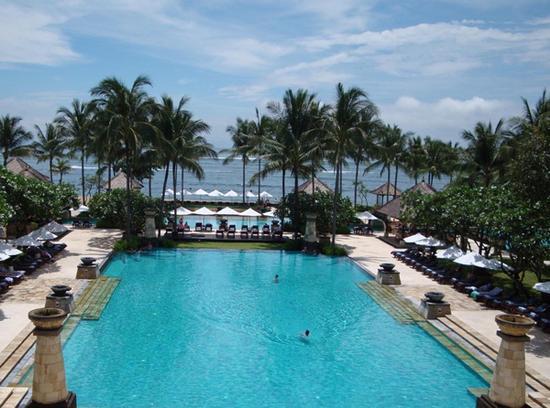 巴厘岛的海滩浴场也不容错过哦,海水清澈湛蓝,景物极其绚丽,如此浪漫