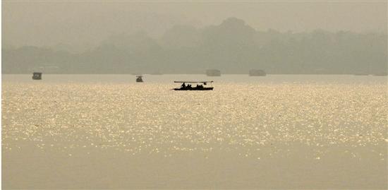 右图:昨天黄昏时分,西湖上的雾霾愈加浓重。 里尔 摄